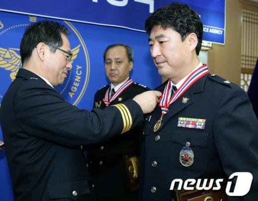 [사진]참수리상 시상하는 김기용 경찰청장
