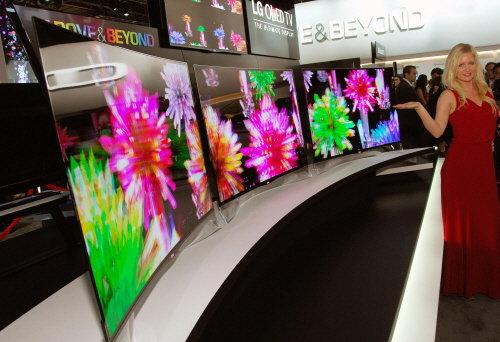 ↑LG전자가 8일(현지시간) 공개한 곡면형 OLED TV.