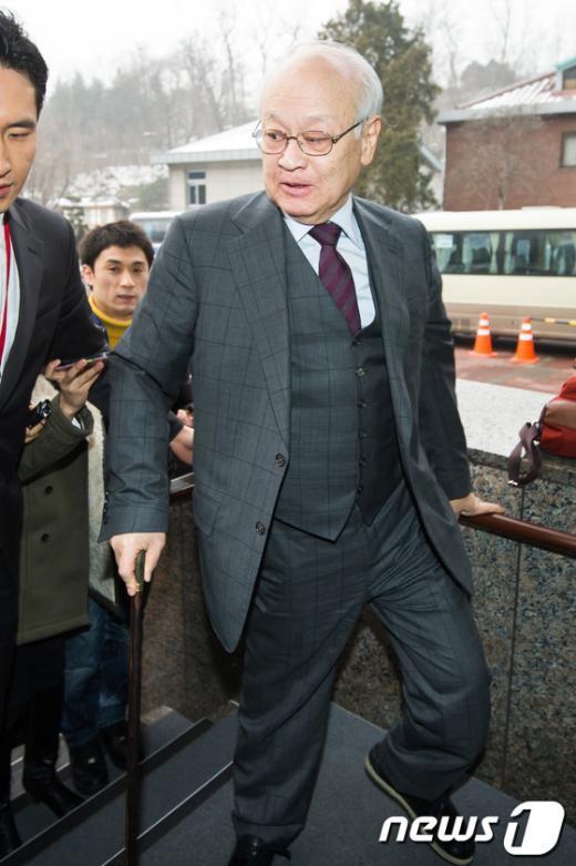 [사진]인수위 들어서는 김용준 위원장
