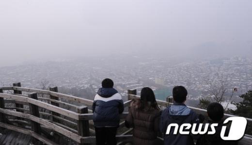 13일 오전 서울 남산에서 바라본 도심 일대가 안개 낀 모습을 보이고 있다.  News1 손형주 기자