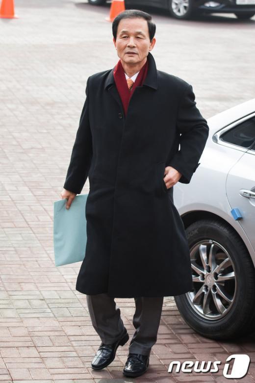 [사진]인수위 들어서는 김장수 간사