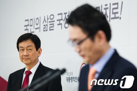 [사진]윤창중 대변인 브리핑 지켜보는 진영