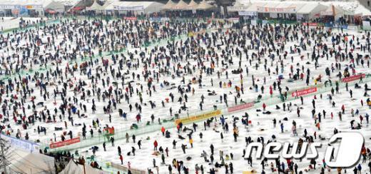 [사진]산천어 축제, '얼음낚시 인파'