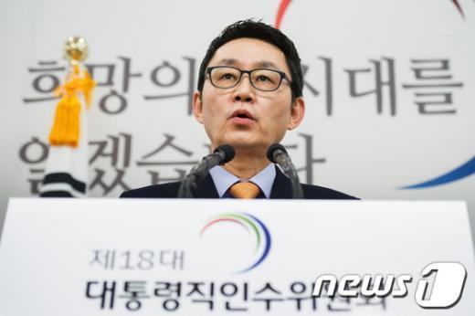 [사진]브리핑 갖는 윤창중 대변인