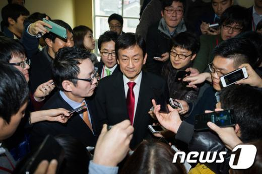 [사진]취재진 질문 답하는 진영-윤창중