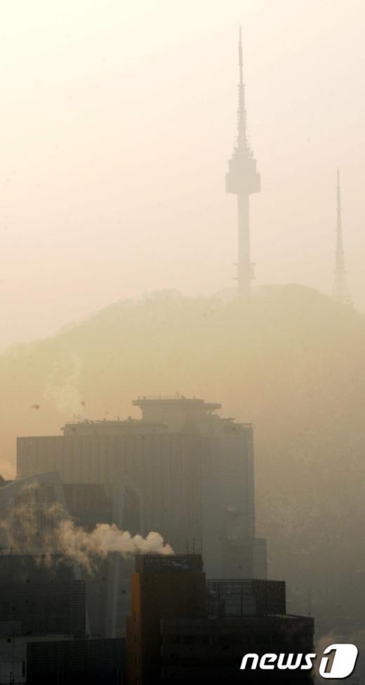 [사진]먼지 안개 속 자취감춘 남산타워