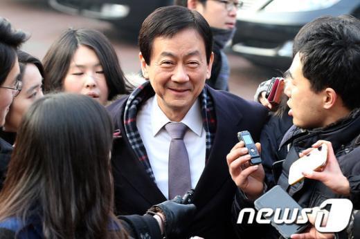[사진]인수위 들어서는 진영 부위원장