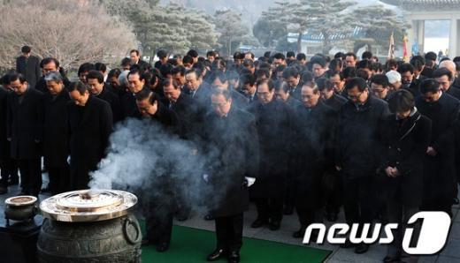 [사진]현충탑 참배하는 민주통합당