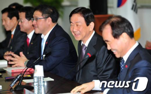 [사진]밝은 표정의 진영 부위원장