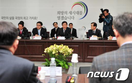 [사진]모두 발언하는 진영 부위원장