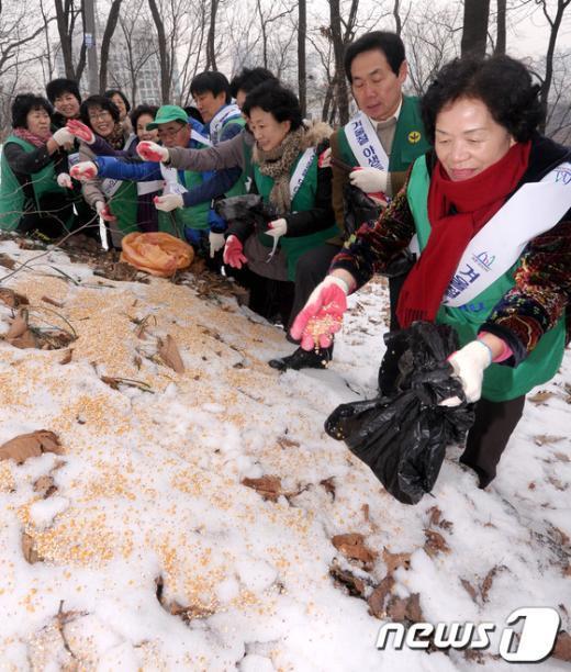 [사진]'야생동물의 겨울나기 도와요'