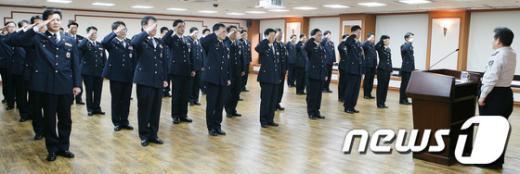 [사진]경정급 본청 전입자 신고 받는 김정석 경찰청 차장