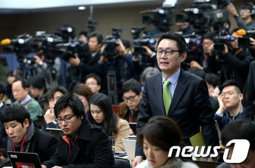 [사진]기자회견장 들어오는 윤창중 대변인