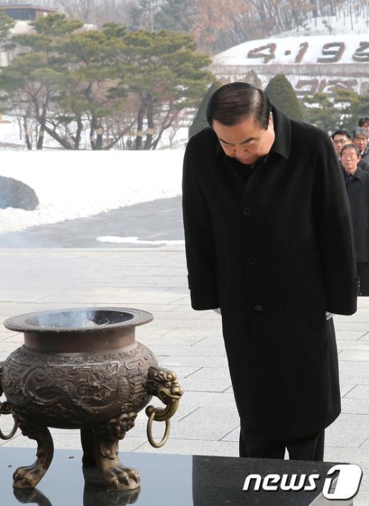 [사진]국립4.19민주묘지 참배하는 문희상 비대위원장