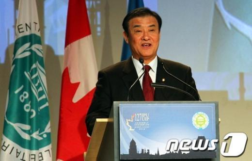 """미국, 캐나다를 방문중인 강창희 국회의장이 22일(현지시간) 캐나다 퀘벡에서 열리고 있는 제127차 IPU(Inter-Parliamentary Union; 세계의원연맹) 총회에서 """"세계인은 다 함께 손잡고 나아가야 합니다"""" 주제로 대표연설을 하고 있다. 이 자리에서 강 의장은 한국사회의 역동성과 다양성을 설명하고 여성과 아동의 생명보호를 위해 IPU가 행동에 나서야함을 강조했다. (국회 대변인실 제공) 2012.10.23/뉴스1  News1"""