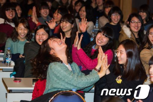 [사진]새내기 여대생들의 환한 웃음
