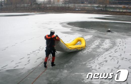 [사진]송파소방서, 해빙기 빙상 구조훈련 실시