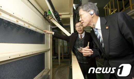 [사진]김도연 위원장, 스마트폰 관련 산업현장 방문