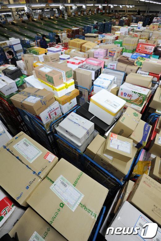 [사진]산더미처럼 쌓인 설 우편물들