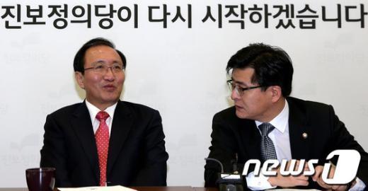 [사진]이야기 나누는 노회찬 공동대표와 박원석 원내대변인
