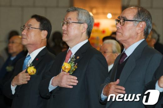 [사진]국민의례하는 김성환 외교부 장관