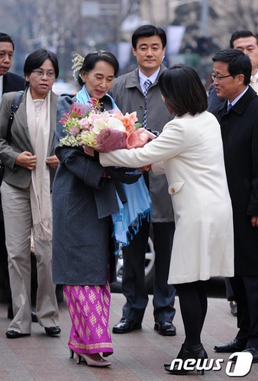 [사진]꽃다발 받는 아웅산 수치 여사