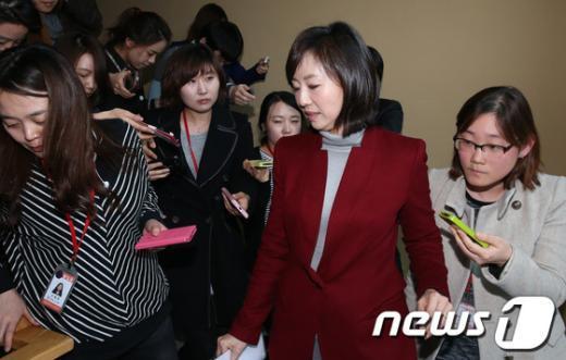 [사진]당선인 입장 전한 조윤선 대변인
