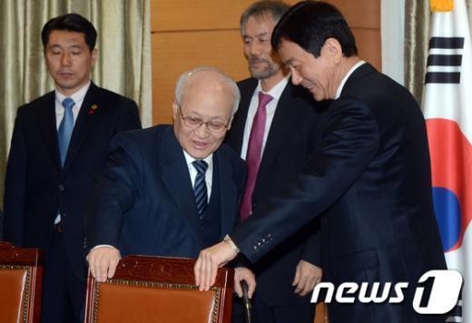 [사진]회의 참석하는 김용준 국무총리 후보자