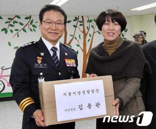 [사진]위문품 전달하는 김용판 청장