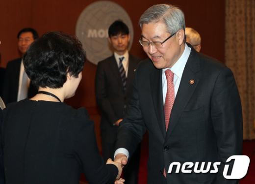 [사진]공공외교 명예사절과 악수하는 김성환 장관