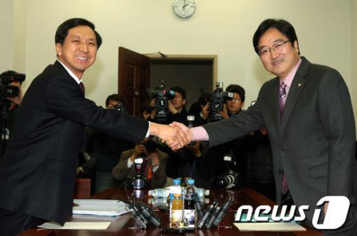 김기현 새누리당 원내수석부대표(왼쪽)와 우원식 민주통합당 원내수석부대표 .2013.1.15/뉴스1  News1 이종덕 기자