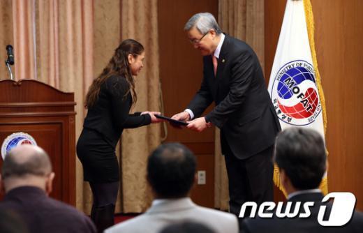 [사진]김성환 장관, 공공외교 명예사절에게 임명장 수여