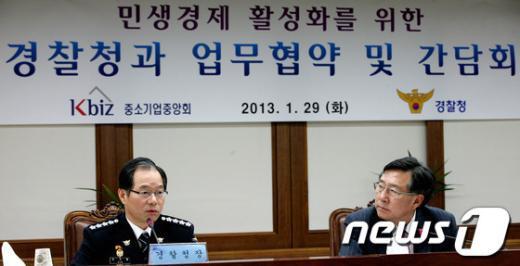[사진]중소기업 애로사항 청취 후 답변하는 김기용 경
