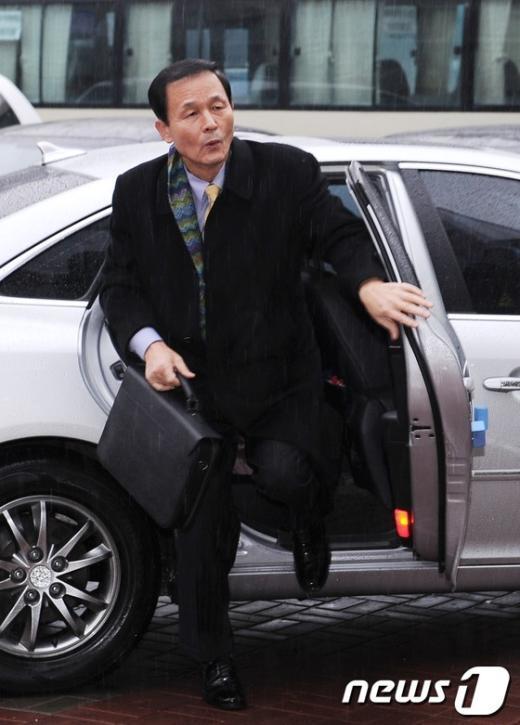[사진]차에서 내리는 김장수 인수위 외교국방통일분과 간사