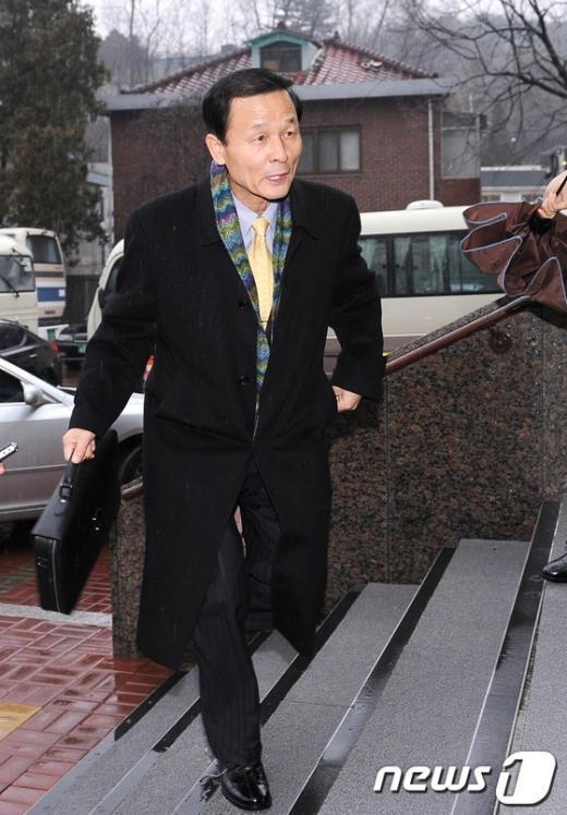 [사진]인수위 들어서는 김장수 인교국방통일분과 간사
