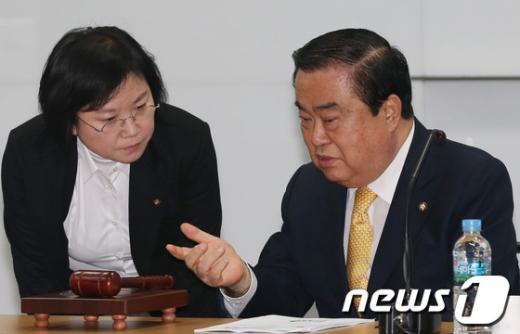 [사진]대화하는 문희상 비대위원장과 김현 대변인