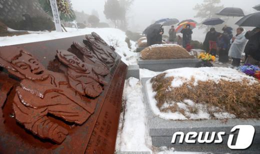 [사진]특별사면 철거민들, 용산참사 희생자 묘역 참배
