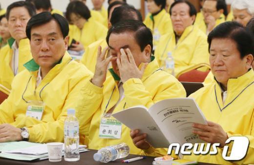 [사진]피곤한 문희상 비대위원장