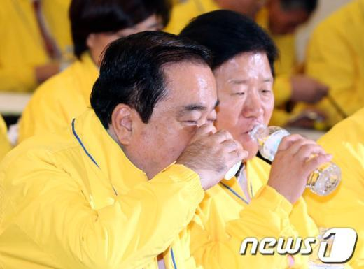 [사진]물 마시는 문희상-박병석
