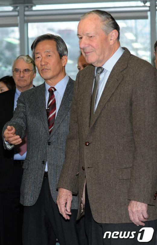 [사진]자리 안내하는 정몽준 전 대표