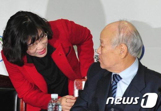 [사진]대화하는 김용준 위원장과 김현숙 위원