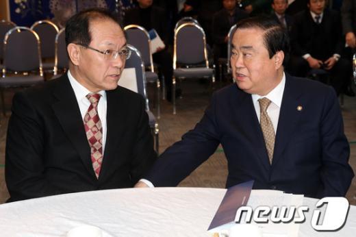 [사진]대화하는 황우여 대표와 문희상 비대위원장
