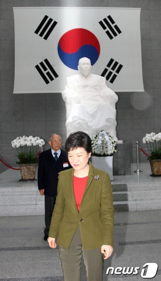[사진]김구선생 동상에 헌화 마친 박근혜 당선인