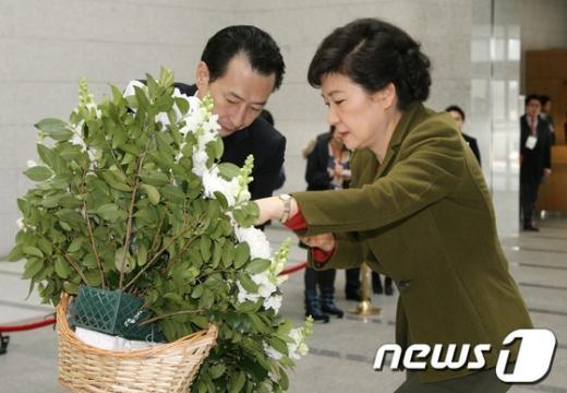 [사진]헌화하는 박근혜 당선인