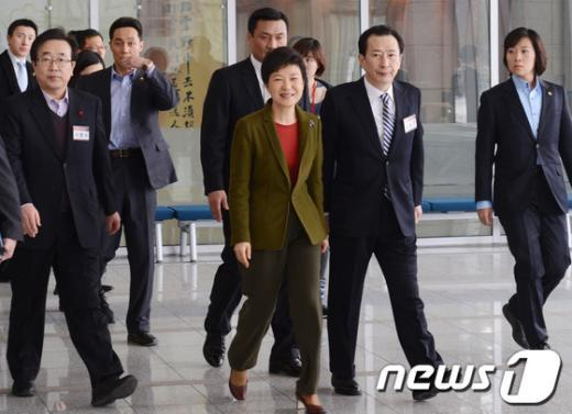 [사진]국회의원,당협위원장 연석회의 참석하는 박근혜 당선인