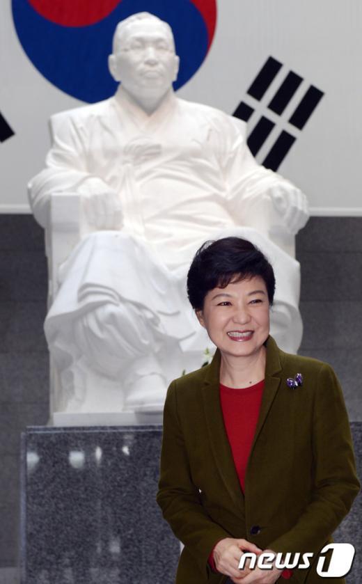[사진]김구 동상 앞에선 박근혜 대통령 당선인