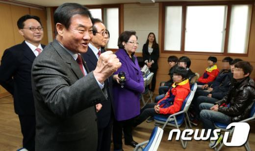 [사진]북한 이탈 청소년들 격려하는 강창희 의장