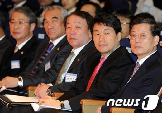 [사진]학교폭력 동영상 바라보는 김황식 총리와 참석자들