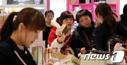 [사진]면세점 쇼핑하는 中 관광객