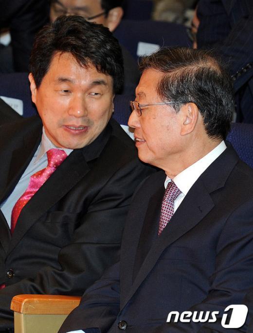 [사진]이주호 교과부 장관과 이야기 나누는 김황식 총리